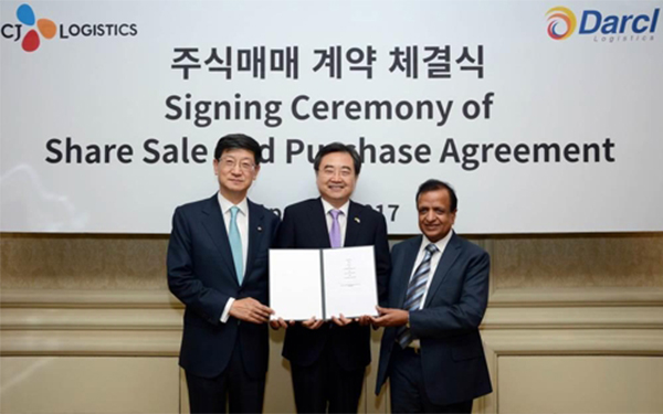 CJ Logistics CEO Park Geun-tae (far left) and Darcl Logistics Chairman Krishan Kumar Agarwal (far right) are posing for a photo at the share sale and purchase agreement signing ceremony held in Delhi, India on Tuesday. [Photo provided by CJ Logistics Corp.]