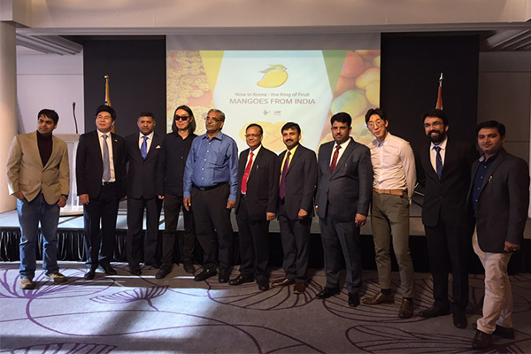 Delegates of India's APEDA (Agriculture and Processed Food Products Export Development Authority) and Indian Ambassador to Korea Vikram Doraiswami (third from left) are posing for pictures after the event.