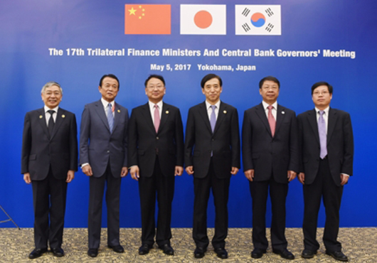 Bank of Japan Gov. Haruhiko Kuroda (from left), Finance Minister Taro Aso, South Korean Finance Minister Yoo Il-ho and Bank of Korea Governor Lee Ju-yeol pose for a picture with Chinese Vice-Minister of Finance Yaobin Shi and an unidentified Chinese delegate before their trilateral meeting on the sidelines of Asian Development Bank (ADB)'s annual general meeting in Yokohama, Friday. [Photo by: Ministry of Strategy and Finance]