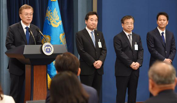 President Moon Jae-in holds his first press briefing after inauguration at the Blue House on Wednesday. From left: Moon, Prime Minister nominee Lee Nak-yon, National Intelligence Service chief nominee Suh Hoon, and presidential chief of staff Im Jong-seok. [Photo by Kim Jae-hoon]