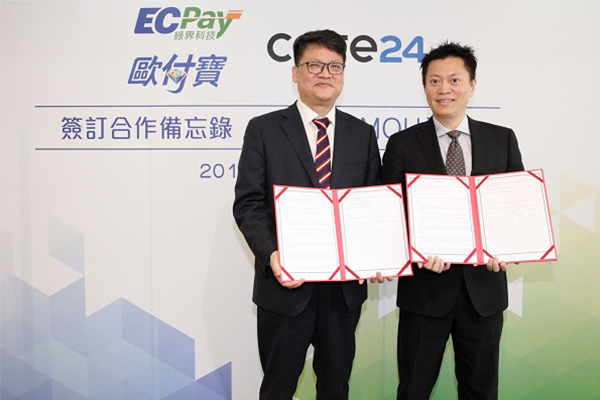 Cafe24 CEO Lee Jae-suk, right, and ECPay CEO Lin Yi Ong pose after signing an MoU on expanding payment options for Taiwanese consumers purchasing items from Korean online shopping malls. [Photo provided by Cafe24 Corp.] <br><br>