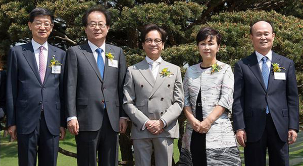 From left are CJ Logistics CEO Park Keun-tae, CJ CheilJedang CEO Kim Chul-ha, CJ Group chairman Lee Jae-hyun, chairman Lee`s wife Kim Heui-jae and CJ Vice-Chairman Lee Chae-wook. [Photo by CJ Group]