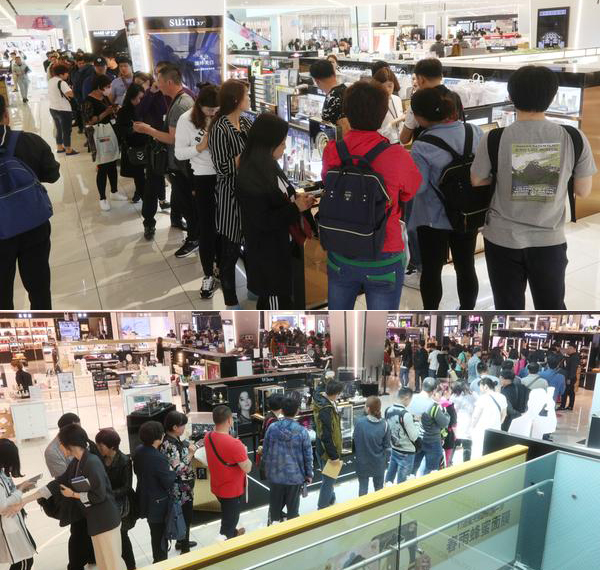 Chinese tourists wait in line to buy Korean cosmetics at Shinsegae's duty free shop in Seoul in this photo taken on Wednesday. [Photo by Lee Seung-hwan]