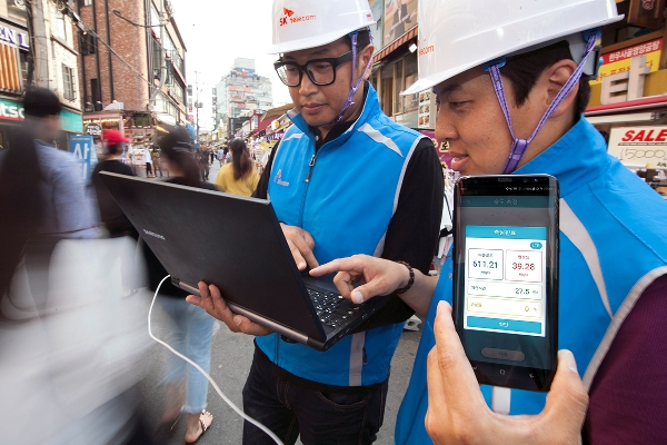 Engineers from SKT are checking the telecommunications network for five-band carrier aggregation (CA) in Seoul, Korea. [photo by SKT]