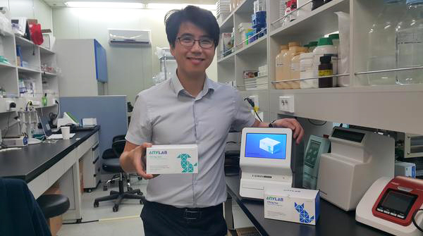 Oh Taek-gyu, president of Zet Biotech, introduces the company's veterinary diagnostic kit and reader. [Photo by Lee Young-wook]