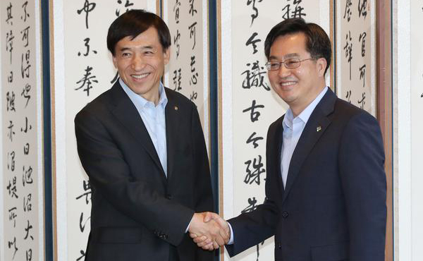 Finance minister Kim Dong-yeon (R) and BOK Governor Lee Ju-yeol.