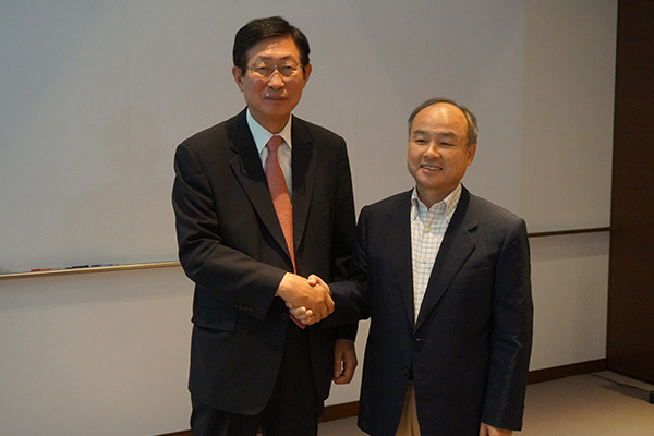 KEPCO CEO Cho Hwan-eik, left, and SoftBank CEO Masayoshi Son shake hands on Wednesday at SoftBank headquarters in Japan after sharing views to aggressively push forward the super grid project in Northeast Asia.