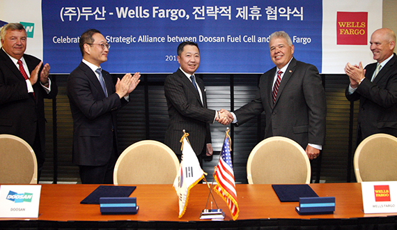 Doosan Group Chairman Park Jung-won and Wells Fargo's Equipment Finance Group President William Mayer shake hands after signing an agreement to establish a strategic alliance in the fuel cell business on Wednesday (local time) at Park Hyatt Hotel in Washington D.C. [photo by Doosan Group]