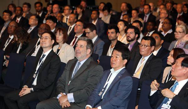 MBN CEO Chang Seung-joon (from left of the first row), New Cities Foundation Chairman John Rossant, Incheon Metropolitan Council Chairman Jegar Won-yeong and Incheon Free Economic Zone Commissioner Lee Young-geun listen to a keynote speech delivered by Incheon City Mayor Yoo Jeong-bok, at the sixth New Cities Summit held on Thursday in Songdo, Incheon. [photo by Kim Jae-hoon]