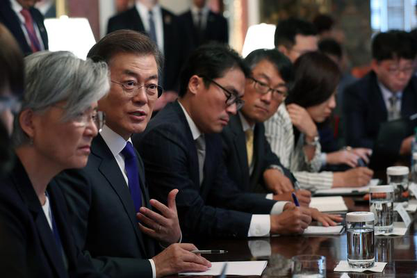 President Moon Jae-in speaks during a meeting with South Korean correspondents in Washington on Saturday. [Photo by Cheong Wa Dae]