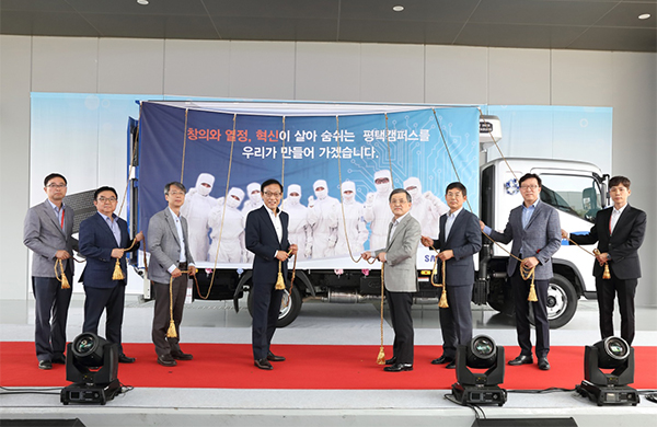 Samsung Electronics Co. on Tuesday celebrated the first shipment of three-dimensional VNAND flash memory from its new fab in Pyeongtaek Gyeonggi. From left is Ahn Jung-soo vice president at Samsung Electronics Baek Hong-joo senior vice president Jin