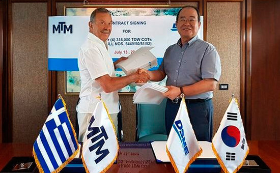 DSME CEO Chung Sung-lip and Angelicoussis Shipping Group Chairman John Angelicoussis shake hands after signing contract in Greece on July 13 (local time). [Photo by DSME]