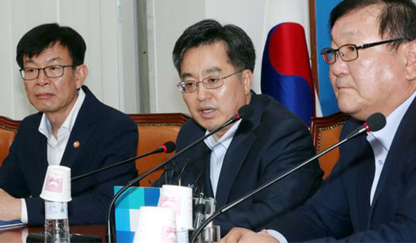 (Second from the left) Finance Minister Kim Dong-yeon