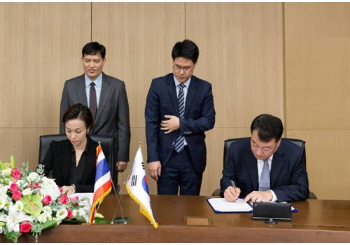 Samsung Engineering President and CEO Park Choong-heum and Director of an affiliate of PTT Chananchida Wiboonkanarak are signing a contract at the headquarters office of Samsung Engineering. (Source by Samsung Engineering)