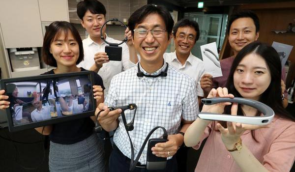 Linkflow CEO Kim Yong-kuk (center) and his colleagues pose with 360-degree wearable cameras. [Photo by Han Joo-hyung]