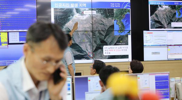 Officials at the national earthquake situation room of the Korea Meteorological Administration in Seoul, South Korea are analyzing the artificial earthquake data from a nuclear test in North Korea. [Photo by Lee Seung-hwan]