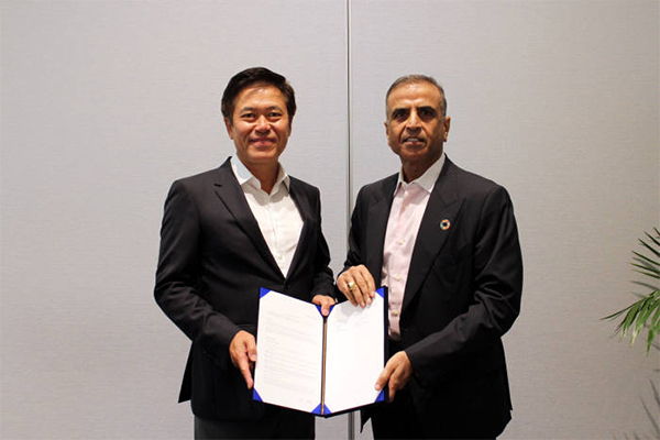 SK Telecom CEO Park Jung-ho (left) and Bharti Airtel Chairman Sunil Bharti Mittal are shaking hands after signing a strategic partnership agreement in San Francisco, U.S. on Wednesday [Photo provided by SK Telecom Co.]