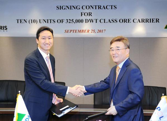 Chung Ki-sun, senior executive director at Hyundai Heavy Industries, left, and Kim Wan-jung, chief executive of Polaris Shipping, shake hands after signing a VLOC deal on Monday. [Photo provided by Hyundai Heavy Industries Co.]