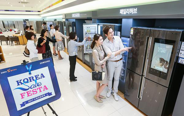 "South Korea's largest shopping and culture festival ""Korea Sale FESTA"" is held from September 28 to October 31. Customers look around refrigerators at Samsung Digital Plaza in Gangnam, Seoul. (Picture by Samsung Electronics)"