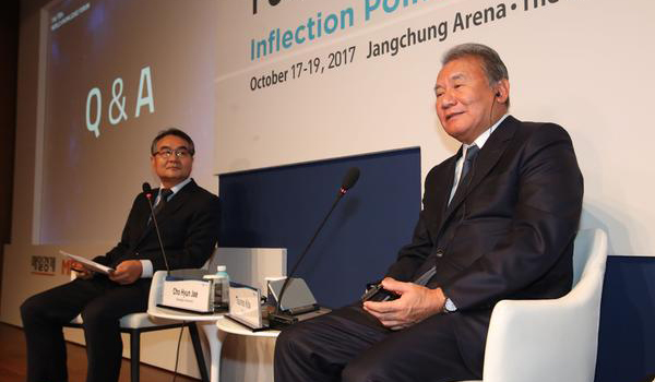 Tsuneo Kita, chairman of Nikkei newspaper (on the right) and Cho Jae-hyun, Gwangju University professor and former MBN CEO who took part as a moderator for discussion, are taking questions from the audience at 'Media Industry at Inflection Point' session. [By Han Joo-hyung]