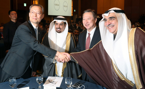 (Left)Paik Un-gyu, The Ministry of Trade, Industry and Energy shakes hands with Adel bin Muhammad Fakeih, Saudi Arabian Minister of Economy and Planning [Photo by Han Joo-hyung]