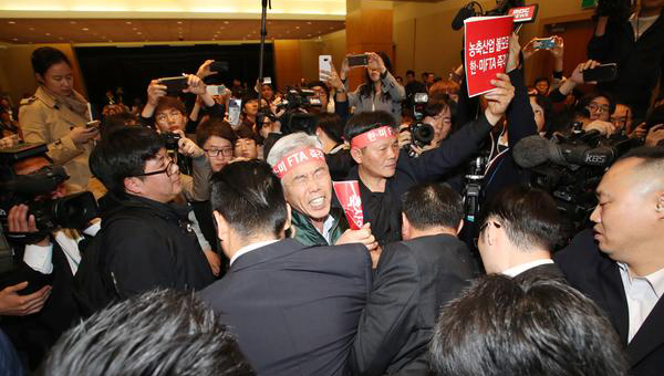 Local farmers and stockbreeders protesting against Korus FTA demand the trade ministry put off the public hearing that was held on Friday at Coex in Samseong-dong, southern Seoul. [Photo by Lee Seung-hwan]