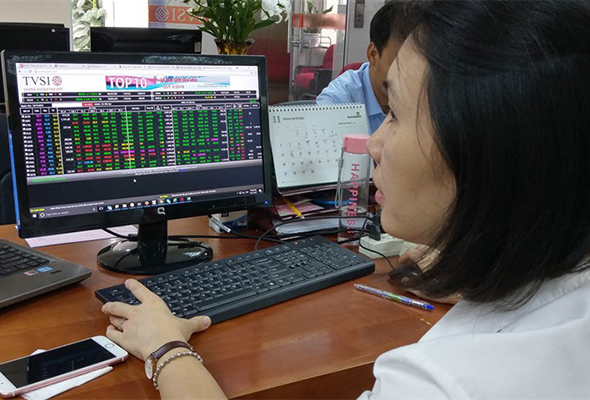 An investor watches share prices at Tân Việt Securities Company.