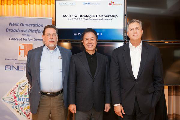 From left, Sinclair Broadcast Group's vice president Mark Aitken, SK Telecom's chief executive officer Park Jung-ho, and ONE Media's chief technology officer Kevin Gage. <br><br>[Photo by SK Telecom]