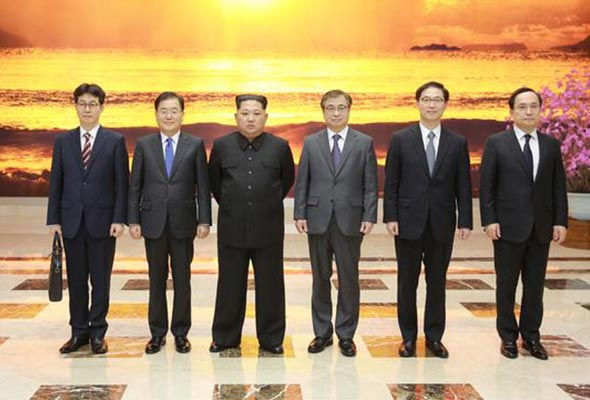 (From left) Yun Geon-young, deputy director of the Blue House; Chung Eui-yong; Kim Jong-un; Suh Hoon, National Intelligence Service chief; Chun Hae-sung, vice minister of unification; Kim Sang-kyun, deputy director of National Intelligence Service.