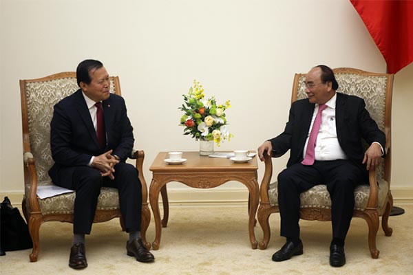Lotte Group`s vice chairman Hwang Kag-gyu, left, discusses cooperation in business and investment in Vietnam during his meeting with Vietnamese Prime Minister Nguyen Xuan Phuc. [Photo by Lotte Holdings]
