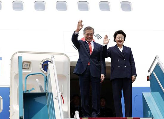 South Korean President Moon Jae-in and his wife Kim Jung-sook wave after arriving at Noi Bai International Airport in Vietnam, on Thursday. [Photo by Kim Jae-hoon]