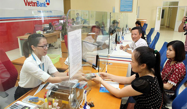 A customer performing a transaction at a Vietinbank branch in Hà Nội.