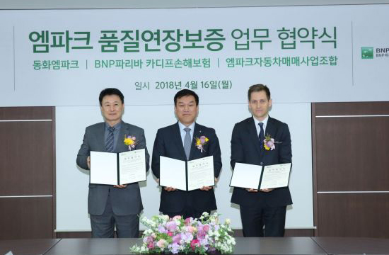 Officials pose after forging a business partnership on M-Park quality extension warranty service on Monday. From left: Kim Chang-kuk, union representative of auto trade business at M-Park; Lee Kil-yong, chief executive of Dongwha Mpark, and Olivier Calandreau, chief executive and representative director of BNP Paribas Cardif in Korea. [Photo provided by M-Park]