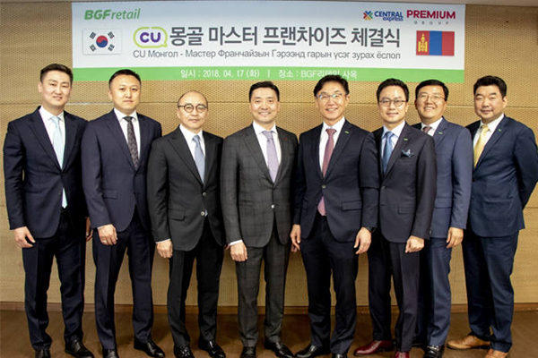 Park Jae-koo, chief executive of BGF Retail, fifth from left; Hong Jung-kook, vice president of BGF Retail, sixth from left; Gankhuyag Adilbish, chairman of Premium Group, fourth from left; and Ganbold Adilbish, chief executive of Premium Group, third from left, pose after forging a master franchise deal on Tuesday. [Photo provided by BGF Retail Co.]