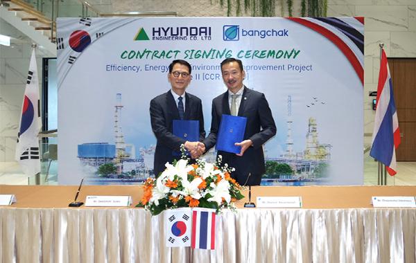 Hyundai Engineering CEO Sung Sang-rok (left) and BCP CEO Chaiwat Kovavisarach at BCP headquarters in Bangkok, Thailand on Wednesday. <br><br>[Photo provided by Hyundai Engineering]