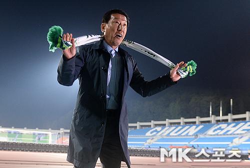 승리의 오오렐레 부르는 최강희 감독 [MK포토]