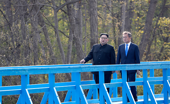South Korea President Moon Jae-in talks with North Korean leader Kim Jong-un as the two take a walk along a symbolic bridge in Panmunjeom. [Photo by Kim Jae-hoon]