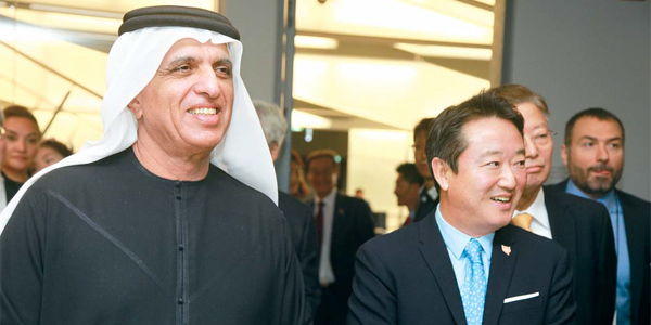 (Left) Sheikh Saud Bin Saqr Al Qasimi visits a research and development facility of Kolon Group, with the group`s chief Lee Woong-yeul. [Photo provided by Kolon Group]