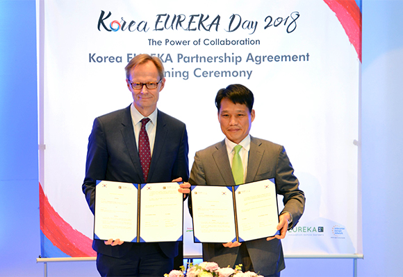 Lee Sang-hoon Director General, Korean Ministry of Trade, Industry, and Energy and Petri Peltonen, Under-Secretary of State, Finnish Ministry of Economic Affairs and Employment pose for a photo session after signing an agreement to make Korea a Eureka's partner country official in Helsinki on Tuesday (local time).