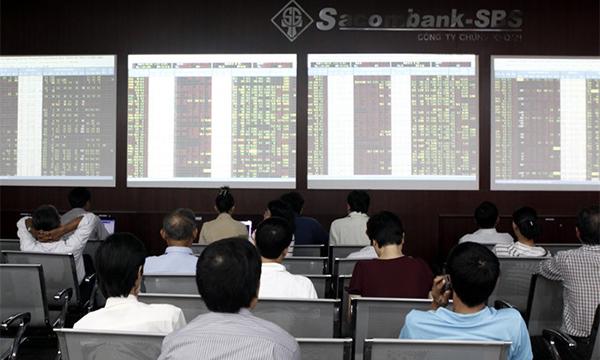 Investors follow stock movements at Sacombank Securities Company (SBS) in HCM City. [VNA/VNS Photo Hoàng Hải]