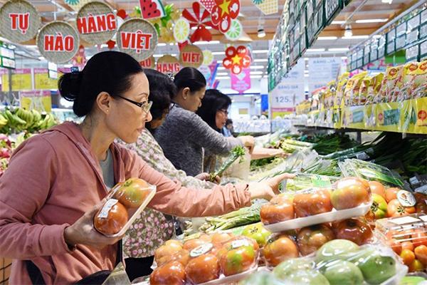 Customers shop at a Co-op Mart in Hà Nội. [VNA/VNS Photo Mỹ Phương]