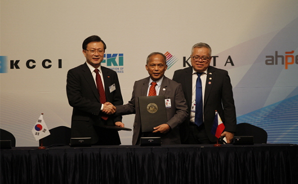 Yu Jeong-Joon, SK E&S President and Chief Executive Officer (left), Alfonso Cusi, Department of Energy Secretary (middle) and Ramon Lopez, Department of Trade and Industry Secretary (right) participating in a photo opportunity after signing the LOI. [Photo provided by SK E&S ]