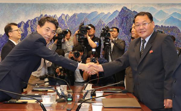 South Korea's vice Transport Minister Kim Jeong-ryeol (left) shakes hands with his North Korean counterpart vice Railway Minister Kim Yun-hyok before holding a meeting to discuss cooperation in railway at the border village of Panmunjom on Tuesday. [Photo provided by the Joint Press Corps]