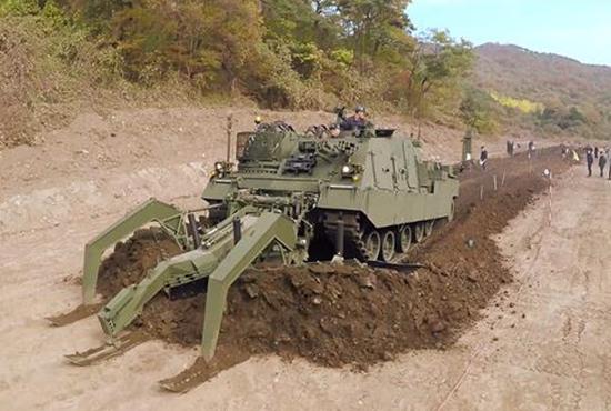 مدرعة لإزالة الألغام من  Hyundai Rotem  تحصل على الاعتماد كمدرعة حربية Image_readtop_2018_434202_15312048873382522