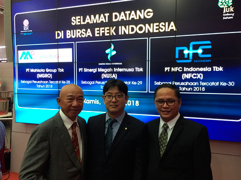 Officials pose after NH Korindo Sekuritas managed the IPO of local firm PT Sinergi Megah Internusa Tbk on Indonesia Stock Exchange on Thursday, local time. [Photo provided by NH Investment & Securities Co.]