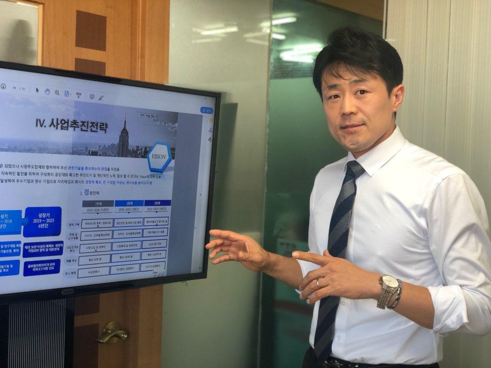 김한주 에스엘테크 대표이사가 내년도 사업계획에 대해 소개하고 있다.