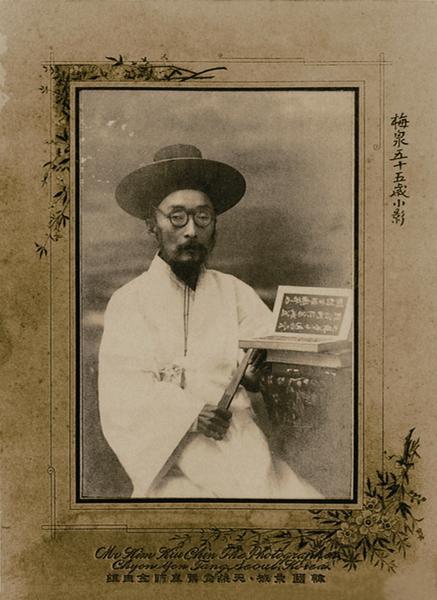 """1909년 김규진이 찍은 황현 사진. 사진 우측 상단에 """"매천 55세 소영""""이라는 글자가 쓰여져 있다. 15×10cm. 보물 1494호. 개인소장."""
