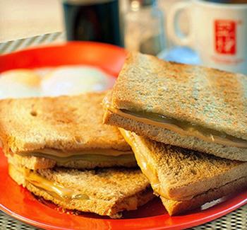 중국의 하이난 지방에서 처음 유래된 카야 토스트. 현재는 싱가포르와 말레이지아 등지에서 즐겨먹는 음식이 됐다.