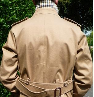 등쪽에 달린 D 모양의 고리/출처=aquascutum 사이트(http://www.aquascutum.com/articles/i-decoding-the-trench-coat)