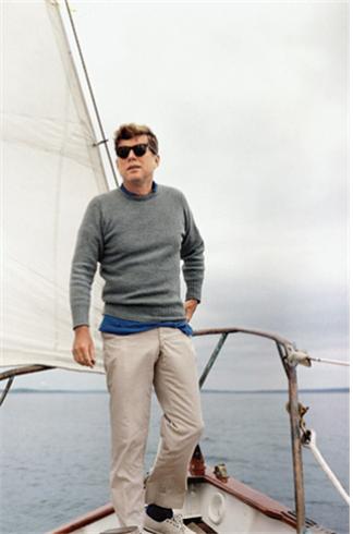 요트에서 카키색 면바지를 입고 있는 케네디 대통령. /사진=케네디 대통령 도서관
